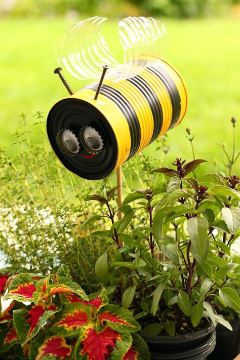 Tin Can Honey Bee – crafts – Home crafts Soda Can Crafts, Bee Crafts, Yard Art Crafts, Coffee Can Crafts, Garden Crafts For Kids, Easy Crafts, Tin Can Art, Deco Nature, Diy Garden Furniture