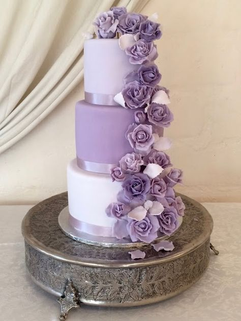 wedding cakes purple Rozannes Cakes: White and purple rose wedd. - wedding cakes purple Rozannes Cakes: White and purple rose wedding cake - Rozannes Cakes: White and purple rose wedding cake - Wedding Cake Roses, Purple Wedding Cakes, Elegant Wedding Cakes, Elegant Cakes, Wedding Cake Designs, Rose Wedding, Wedding White, Purple Roses Wedding, Wedding Ideas