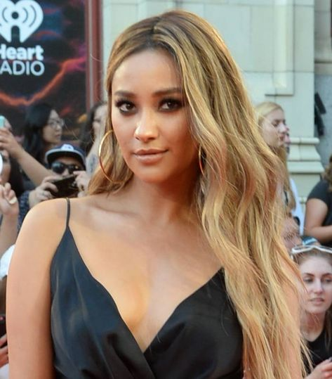 15 Pics Of Celebs With Honey Blonde Hair That Are Too Good To