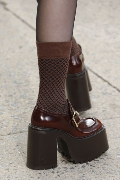See all the Details photos from Marc Jacobs Autumn/Winter 2017 Ready-To-Wear now on British Vogue Sock Shoes, Cute Shoes, Me Too Shoes, Shoe Boots, 70s Shoes, 90s Platform Shoes, Shoes Heels, Trendy Shoes, Look Fashion