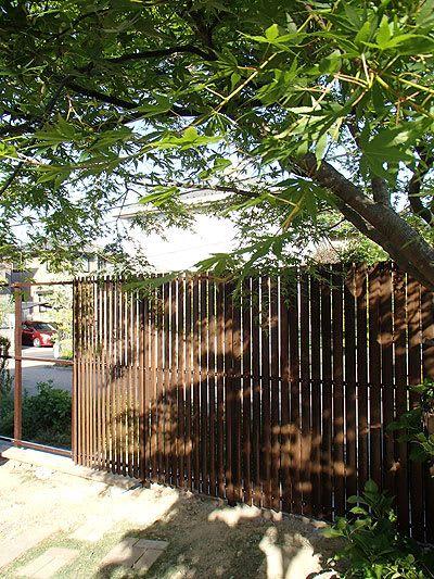 昨日のつづきでウッドフェンスの取り付けです まだ完成ではありません