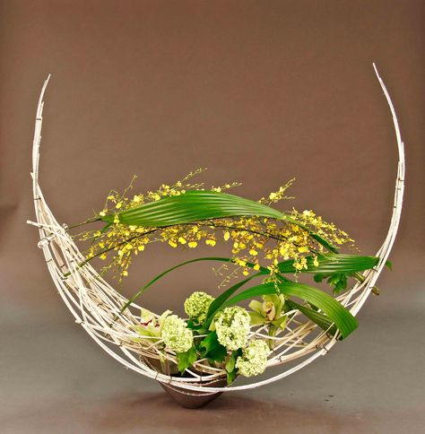 Hitomi Gilliam created this design for the Victoria Floral Artists Guild on April 14, 2015. Transparent designs were demonstrated that inspired the club members