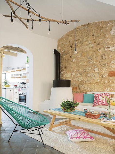 """La couleur donne un côté vintage mais aussi moderne par rapport au mur """"campagnard"""". Cette pièce a beaucoup de charme"""