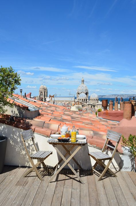 MARSEILLE - Hotel Au Vieux Panier - View from the roof top terrace - Slowgarden a investit ce toit-terrasse niché sur les toits de Marseille, au cœur du quartier du Panier. Cette jolie terrasse, c'est celle de l'hôtel AVP (Au Vieux Panier), un établissement pas comme les autres, puisque chacune de ces chambres est décorée par un artiste, et que cet aménagement change chaque année.