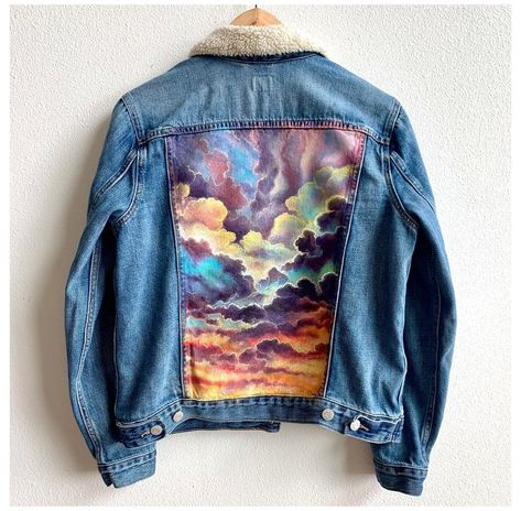 ColorByFeliks Original Jean Jacket Painting-Women's Size Large #painted #jean #jacket #sunset #paintedjeanjacketsunset One of a kind women'slarge jean jacket with ColorByFeliks original beautifulsunsetclouds paintingon the back. Painted using high quality acrylics and fabric medium to prevent from fading and becomes water resistant.Signed by the artist. Care Instructions:can be machine washed inside out in cold water. -women's si Painted Denim Jacket, Painted Jeans, Painted Clothes, Jean Jacket Outfits, Outfit Jeans, Varsity Jacket, Jean Diy, Denim Art, Denim Look