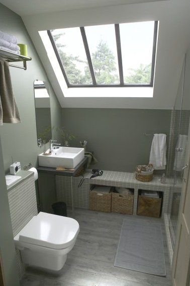 une petite salle de bain de 4 5 m2 a l amenagement pratique lumineuse grace au puits de lumiere plan vasque plutot qu un meuble et banc maconne