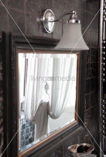 Vintage Spiegel Mit Wandleuchte An Gefliester Wand In Mediterranem
