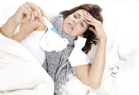 """Comment faire baisser la fièvre? On préconisera de ne pas s'inquiéter dès lors que la température se situe à moins de 38,3°C. Mais si vous vous sentez mal, il existe différents moyens simples pour aider à faire baisser votre fièvre. Ce sont des remèdes dits """"de grands-mères"""" qui pourtant trouvent toujours leur efficacité à ce jour."""
