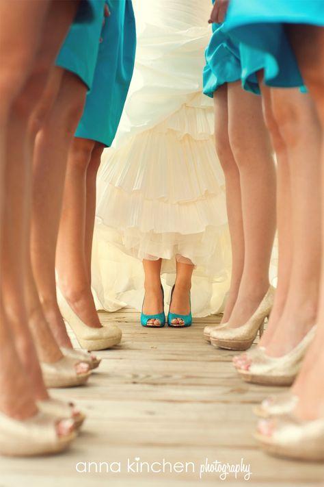 Zapatos para damas de honor de la novia. Vestidos azules y zapatos dorados. La novia con zapatos azules a juego con los vestidos de las damas