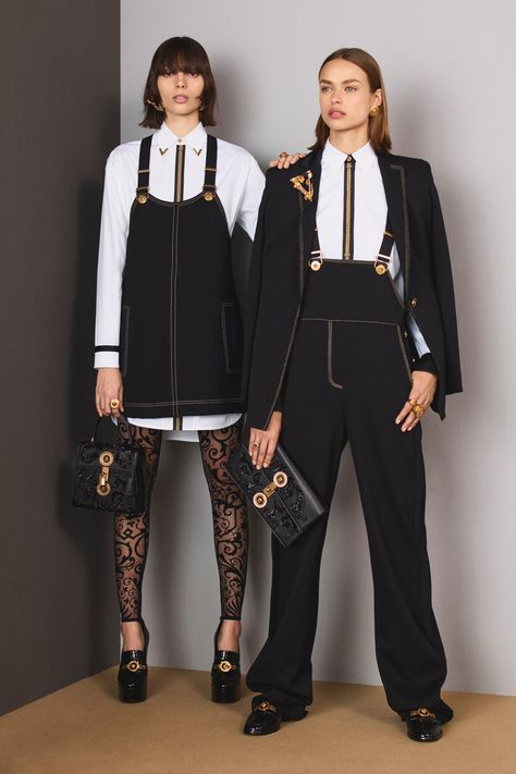 The complete Versace Pre-Fall 2018 fashion show now on Vogue Runway. The complete Versace Pre-Fall 2018 fashion show now on