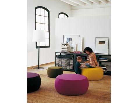 Laika Pouf Pueden utilizarse entre otros como asiento, mesa auxiliar, mesa de centro o galán. Laika aporta un punto de color y confort a los espacios en los que se coloca. Ofrecen una agradable sentada gracias a la calidad de la espuma interior que recubre su estructura de madera. La calidad y colores de los tejidos en los que se puede tapizar es muy variada. www.Treku.es Olabidea 9 - Apdo. 27 20800 Zarautz (Guipuzkoa) - Spain t 34 943 130 840 Email treku@treku.es