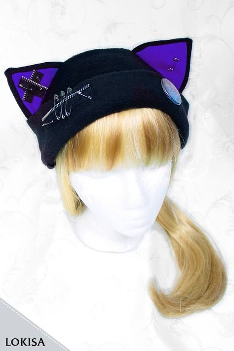 ____________________________________________________________________ This cat-ear fleece hat is made with a lot of care and patience. No seams are to be seen at the outer shell of the hat (front and back). The ears are stuffed with a soft batting, which allows them to stand up by