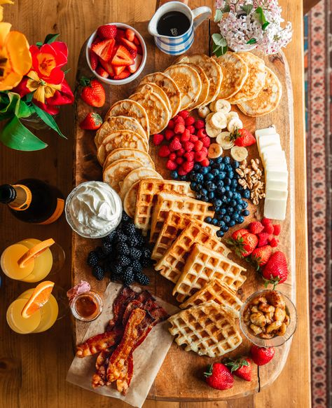 Brunch time is our favorite time. The perfect reward after a longweek. Charcuterie Recipes, Charcuterie And Cheese Board, Charcuterie Platter, Cheese Boards, Antipasto Tray, Breakfast Platter, Breakfast Recipes, Breakfast Pancakes, Breakfast Casserole