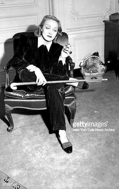 Baston De Caballero Y Cruce De Piernas Varonil Y Sin Ningun Recato En 2020 Marlene Dietrich Rita Hayworth Actriz