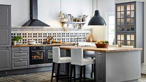 Große Küche mit Kücheninsel und Barhockern, u. a. mit FAKTUM Schränken mit LIDINGÖ Fronten in Grau, ISANDE Einbaukühl- und -gefrierschrank i...