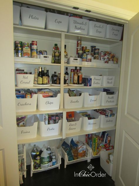 The bins are Pluggis from Ikea and the labels are vinyl - ordnung kleiderschrank tipps optimalen einraumen