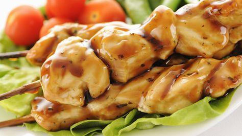 Les brochettes peuvent coller au grill à cause du miel dans la sauce. Vaporiser le grill avec un enduit à cuire avant la cuisson.