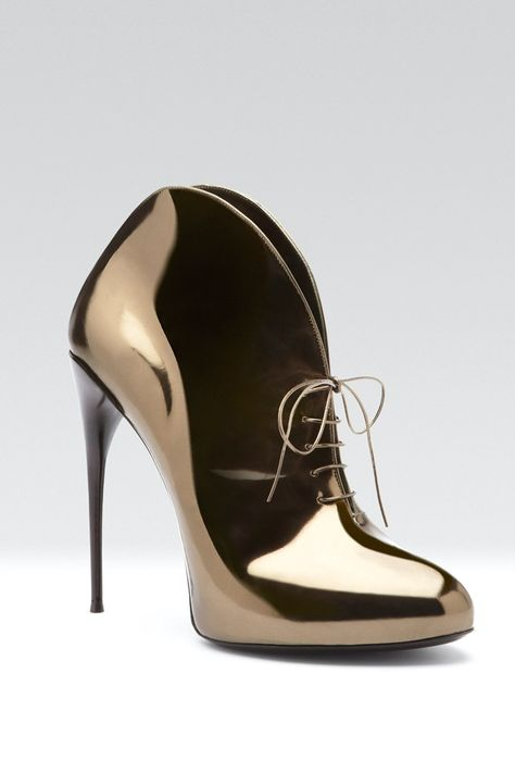 a18b4cd30838 Gucci Fall 2013 - yes a simple black outfit like black skinny's and top  with these shoes will look class!
