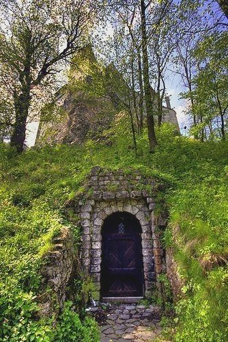 A Door Under The Mountain Upon Which Sits Castle Bran The Home Of Vlad Tepes Better Known As Dracula Romania En Nuestro B Castle Places To See Places To Go