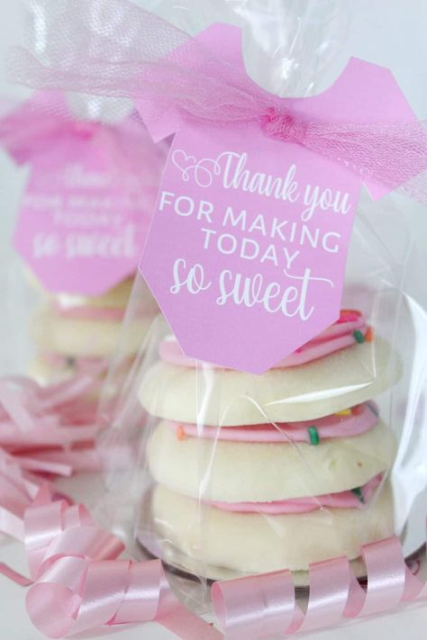 baby shower ideas Baby Shower Favor Ideas 2019 21 ideas for baby shower thank you gifts and favors. A ton of DIY gift ideas for your baby shower guests and hostess! The post Baby Shower Favor Ideas 2019 appeared first on Baby Shower Diy. Décoration Baby Shower, Cadeau Baby Shower, Best Baby Shower Favors, Baby Shower Thank You Gifts, Fiesta Baby Shower, Baby Girl Shower Themes, Girl Baby Shower Decorations, Baby Shower Princess, Baby Favors