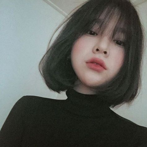 How To Style Short Hair While You Re Growing It Out Growing Hair Short Short Hair Bangs Aesthetic St Korean Short Hair Ulzzang Short Hair Asian Short Hair
