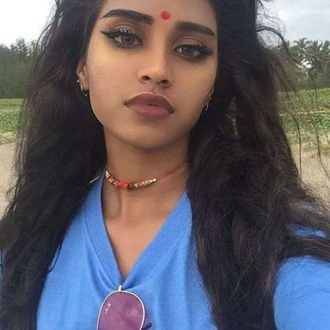 I couldn't find her name but she's really pretty! Indian Makeup, Indian Beauty, Beauty Makeup, Hair Makeup, Hair Beauty, Pretty People, Beautiful People, Brown Girl, Indian Girls