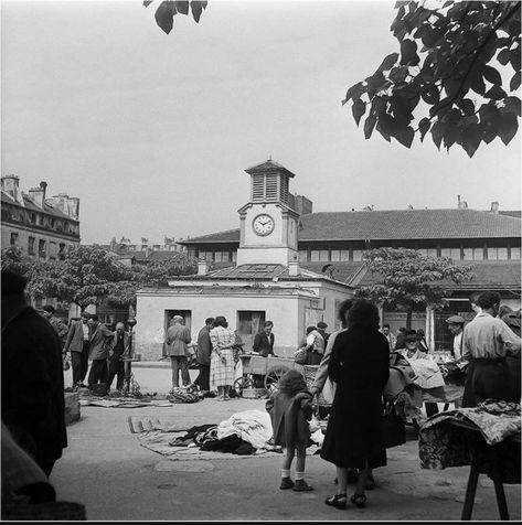 La place d'Aligre et les brocanteurs du petit marché aux puces qui, à l'époque, s'y tenait chaque jour. Une photo de Charles Prost, juin 1952 (© INA)  (Paris 12ème)