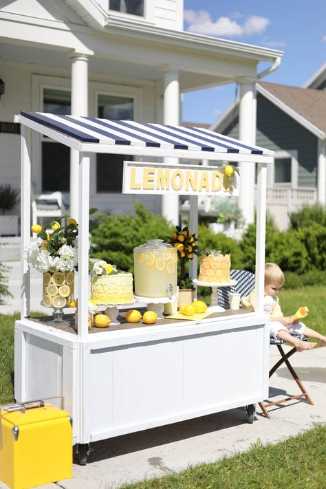 Build the most adorable summer-ready DIY multi-use lemonade stand using a basic template and lots of creative embellishments Fruit Stands, Food Stands, Kids Lemonade Stands, Lemonade Stand Wedding, Ice Cream Stand, Lemon Party, Market Stands, Candy Cart, Farm Stand