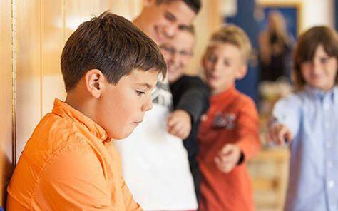 Bullying es una palabra inglesa que significa intimidación. Desgraciadamente, esta palabra está de modadebido a los inumerables casos de persecución y de agresiones que se están detectando en las escuelas y colegios, y que están llevando a muchos escolares a vivir situaciones verdaderamente aterradoras.  url