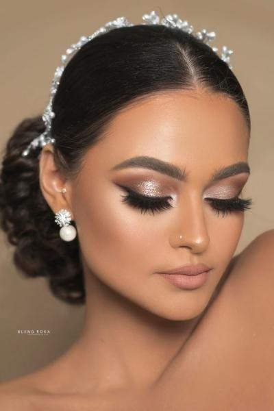 مكياج عروس للبشرة الحنطية مجلة سيدتي تحتاج كل عروس إلى اختيار مكياج بألوان تناسب لون بشرتها وتبرز جمالها لذا ه Wedding Day Makeup Bride Makeup Bridal Makeup