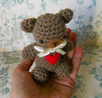 Valentine Teddy Bear (4 inch tall) - Free Amigurumi Crochet Pattern here: https://missdolkapots.wordpress.com/2015/01/13/valentines-day-teddy-bear/