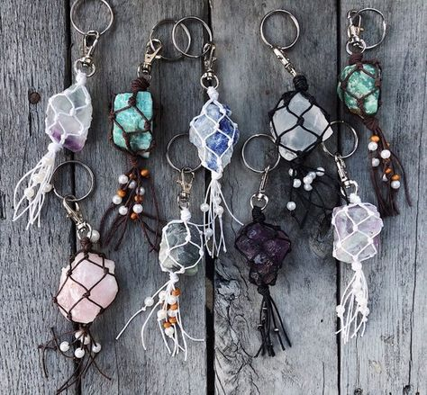 Raw crystals wrapped in string with beads on keych Keychain Hook, Crystal Keychain, Macrame Colar, Cute Car Accessories, Girly Car, Do It Yourself Jewelry, Décor Boho, Diy Crystals, Black Crystals