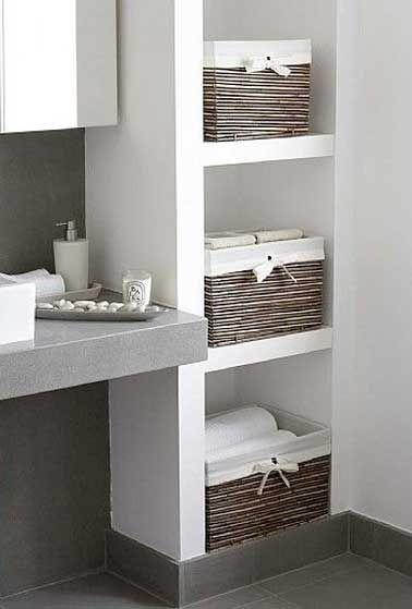 Rangement avec des niches dans un mur de salle de bain Decoration
