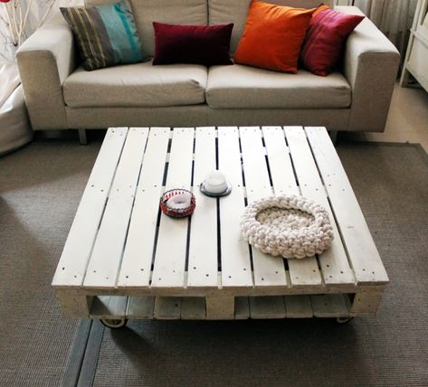 Wohnzimmertisch aus paletten  wohnzimmertisch paletten rollen weiss lackiert | Palettenmöbel ...