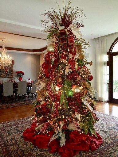 Traditional Red Gold And Green Designed By Joanne Kalt Christmas Tree Cool Christmas Trees Christmas Tree Decorations