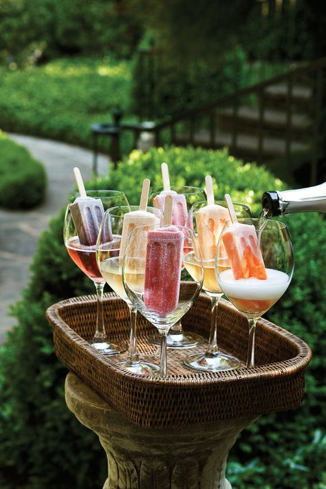Grown-Up Dessert - The Ultimate Backyard Pizza Party - Southernliving. Fancy up frozen fruit pops with a splash of Prosecco for a fun and colorful display. Snacks Für Party, Party Drinks, Fun Drinks, Beverages, Fruit Party, Pizza Party, Brunch Mesa, Smitten Kitchen, Partys