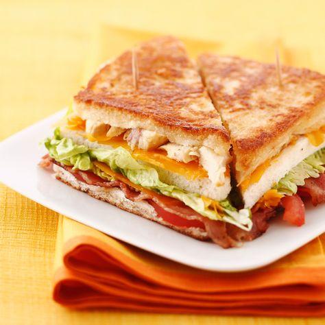 Découvrez la recette Club sandwich toasté poulet cheddar bacon tomate sur cuisineactuelle.fr.
