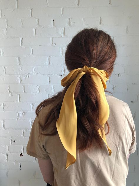 Ribbon Hairstyle, Hair Bow, Hairstyles With Ribbon, Hair Scarf Styles, Curly Hair Styles, Athletic Hairstyles, Hair Ribbons, Moda Vintage, Yellow Hair