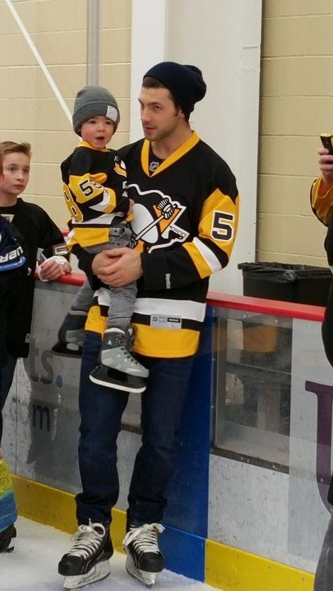 Letang with little Tanger # hockey decor & gift ideas Hockey Mom, Hockey Girlfriend, Pens Hockey, Field Hockey, Ice Hockey, Hockey Girls, Hot Hockey Players, Nhl Players, Hockey Teams