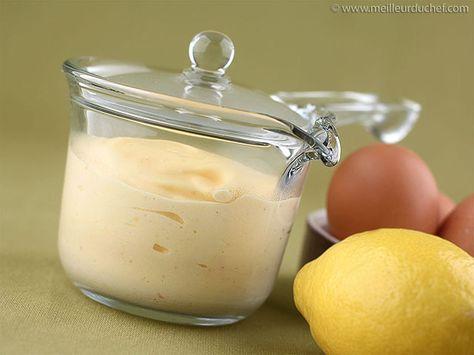 SAUCE HOLLANDAISE - Emulsion chaude de jus de citron + beurre, quelquefois clarifié, dans laquelle le jaune d'œuf sert d'agent émulsifiant. La sauce fut inventée sous le règne de Louis XIV, pour en finir avec les sauces grasses. Elle fut créée pendant la guerre de Hollande, d'où son nom. Elle sert de base à toute une catégorie de sauces, notamment la sauce béarnaise, et entre dans la composition des oeufs Bénédicte (pour poissons, asperges, volailles, oeufs...)