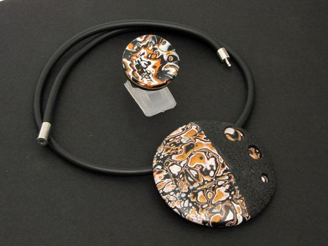Elegante, superleichte Künstler - Halskette in schwarz, weiß- und goldfarbenem polymer clay in mystischem Design. Alles aus Polymer clay (kein Metall) mit filigranen 3 D Mustern. Jedes...