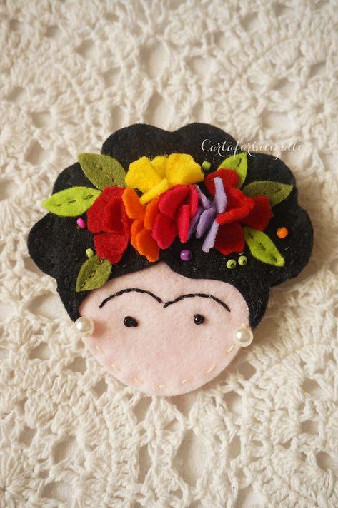 Frida Kahlo felt brooch - Spilla feltro Frida Kahlo Source by hevheather Brooches Felt Crafts Patterns, Felt Crafts Diy, Felt Diy, Handmade Felt, Fabric Crafts, Sewing Crafts, Felt Crafts Dolls, Felt Animal Patterns, Fall Crafts