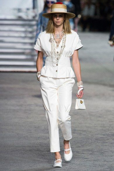 Chanel Resort 2019 collection, runway looks, beauty, models, and reviews.