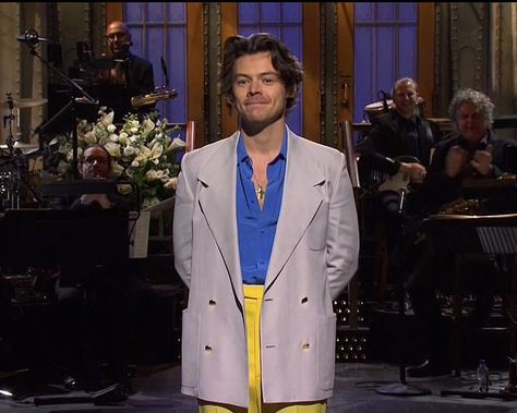 The singer-songwriter did not disappoint Saturday Night Live fans, nailing his opening monologue, skits and the performance of his new track, Watermelon Sugar. Harry Styles Snl, Harry Styles Clothes, Harry Styles Pictures, Harry Edward Styles, Random Pictures, Mr Style, Boys Style, Little Boy Fashion, Outfits