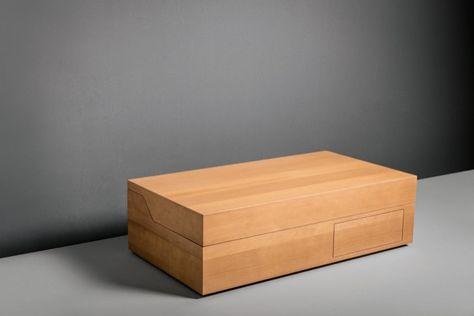Hidden: lavabo oculto en una caja de madera. Lavabo que queda oculto en una caja de madera. Está fabricado en material corian, con grifo de acero inoxidable, luz, enchufe, y espejo. Es portátil. Giulio Gianturco.       #Cuartodebano