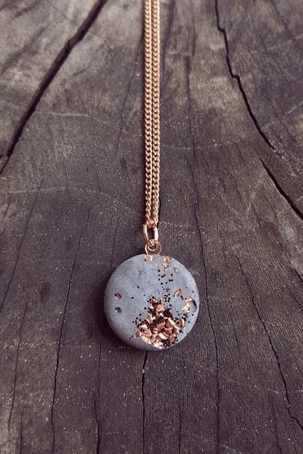 : LargeLarge : Large Learn how to quickly make this pendant necklace using 1 main Macrame knot in this beginner Macrame Tutorial Kette Beton Blattgold Anhänger rund gold grau von ConcreteJungleDE Halskette