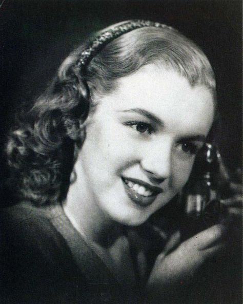 1945. December. Norma Jean who was not called yet Marilyn Monroe, discolor blonde: it is Frank and Joseph hair salon that the hairdresser Sylvia Barnhart took care of fading and different hairstyles Marilyn sports for publicity photos for Frank & Joseph brand.