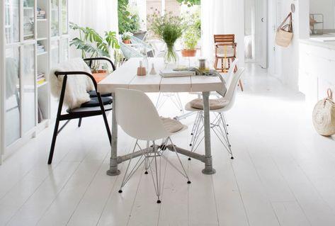 Wit basic interieur met witte eettafel en stoelen white basic