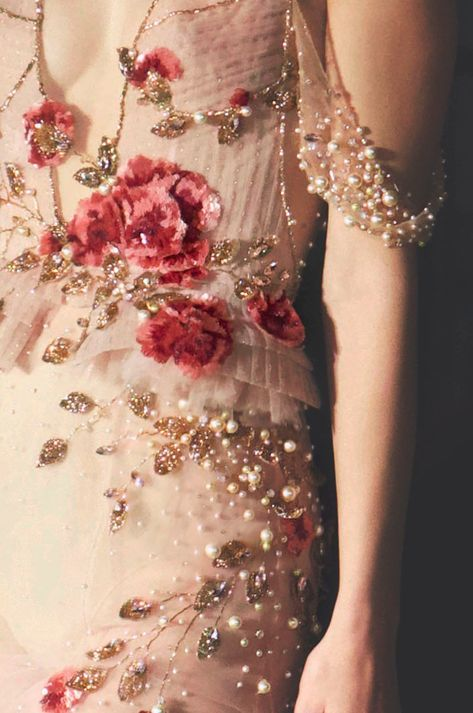 Hand-made motif of a sequined rose with brilliantly iridiscent leaves Couture Details, Fashion Details, Fashion Design, Fashion Tips, Floral Fashion, Pretty Dresses, Beautiful Dresses, Couture Fashion, Runway Fashion