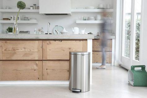 Houten keuken, licht aanrechtblad (beton), afzuigkap in de muur, open keukenplanken.
